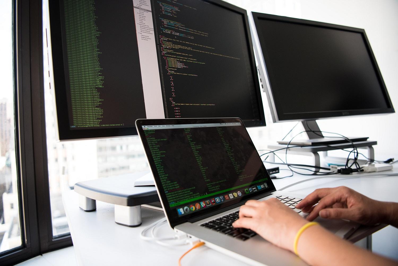Perbedaan Software Engineer dan Software Developer